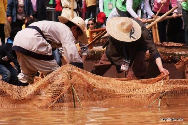 Fisherman show the traditional Daegaya way to catch fish at the 2011 Daegaya Experience Festival in Goryeong, South Korea.