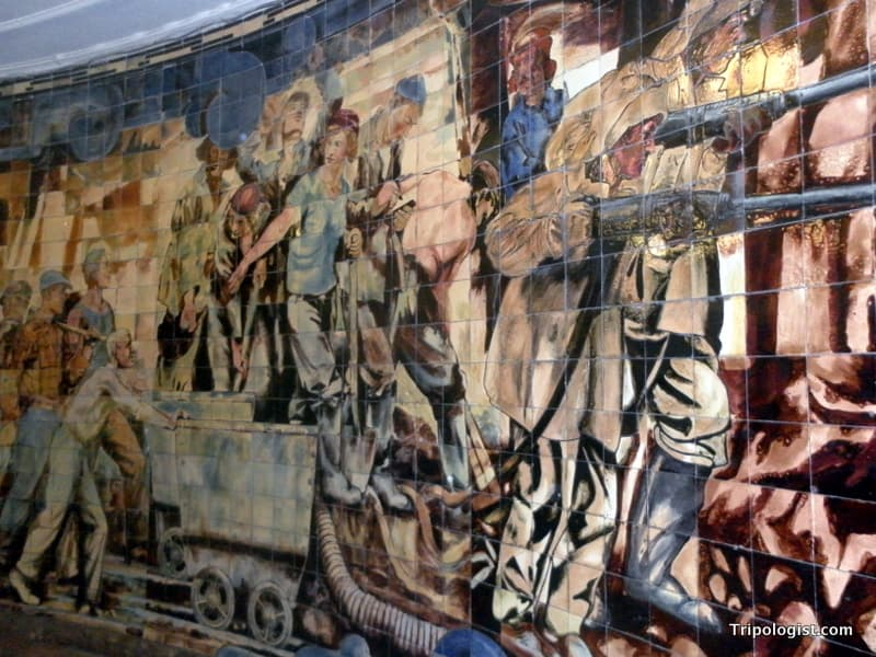 A mural inside Komsomolskaya Station showing the hard work of the proletariat.